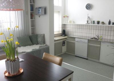 De woonkeuken is licht en zonnig