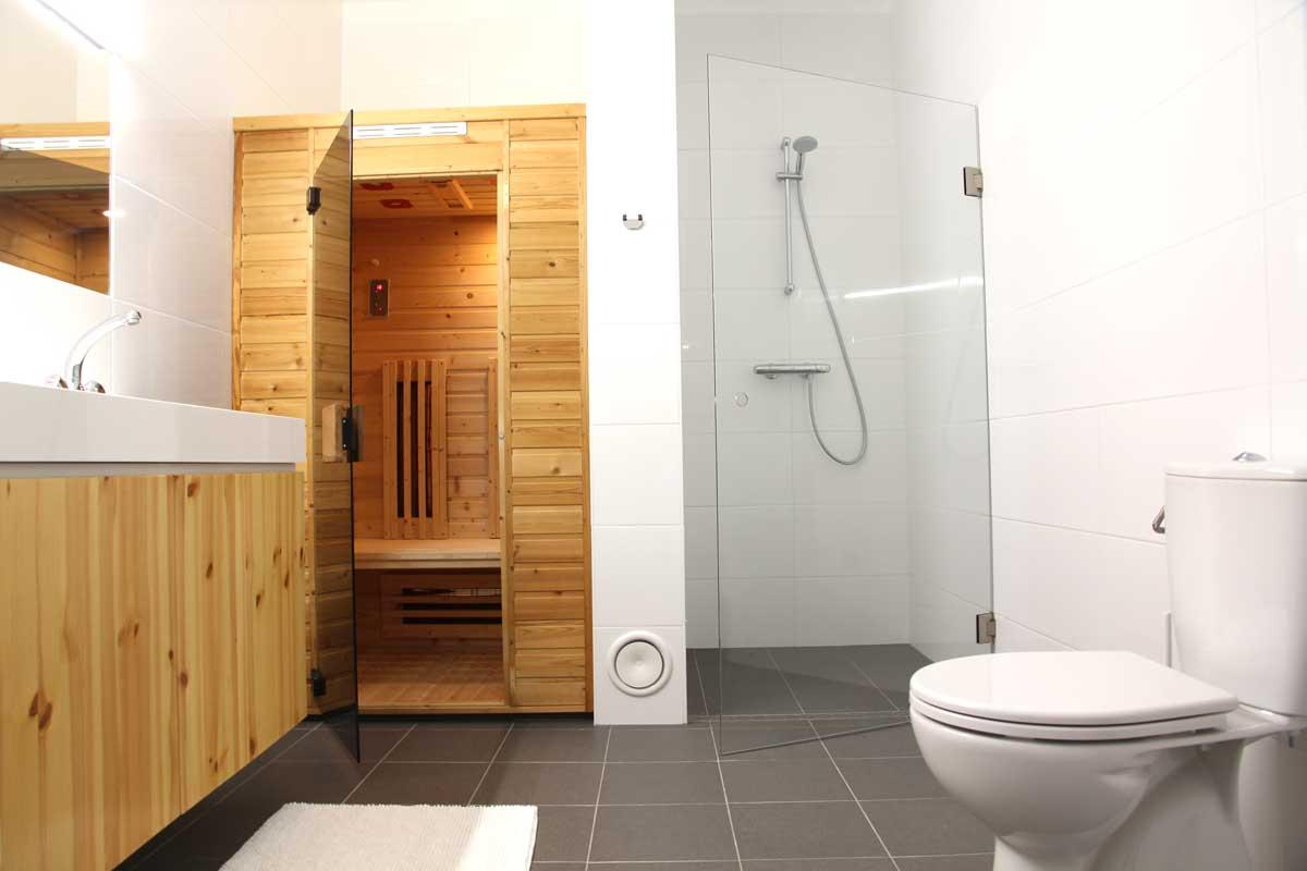 De badkamer heeft een infrarood-sauna, een dubbele wasbak en wasmachine